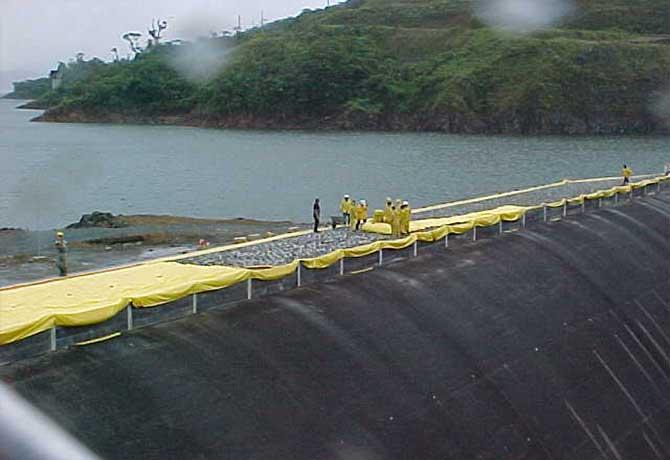 Installation d'un barrage anti inondation watergate de 2 mètres de haut sur un barrage hydroélectrique