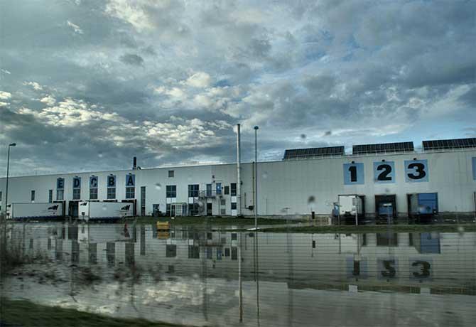 Quais de chargement inondés d'une usine