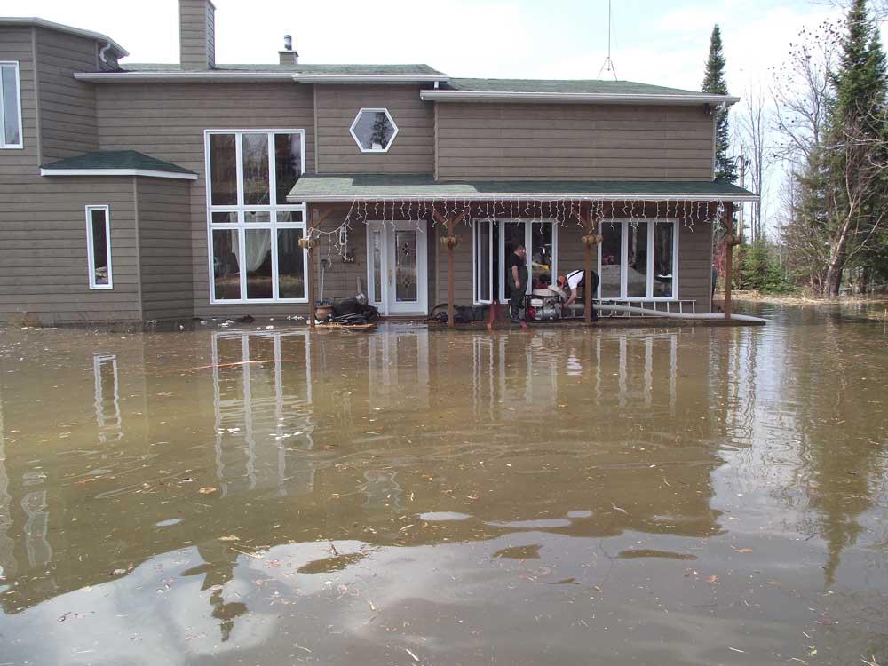 une maison complètement inondée