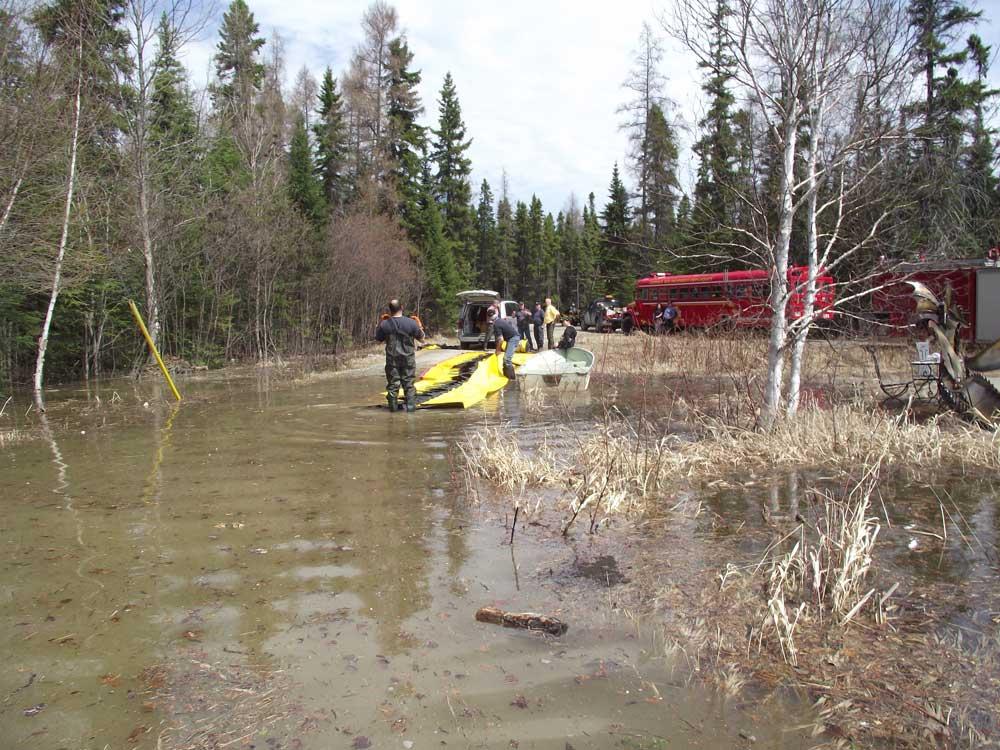 les pompiers aident à l'installation du barrage anti inondation water-gate