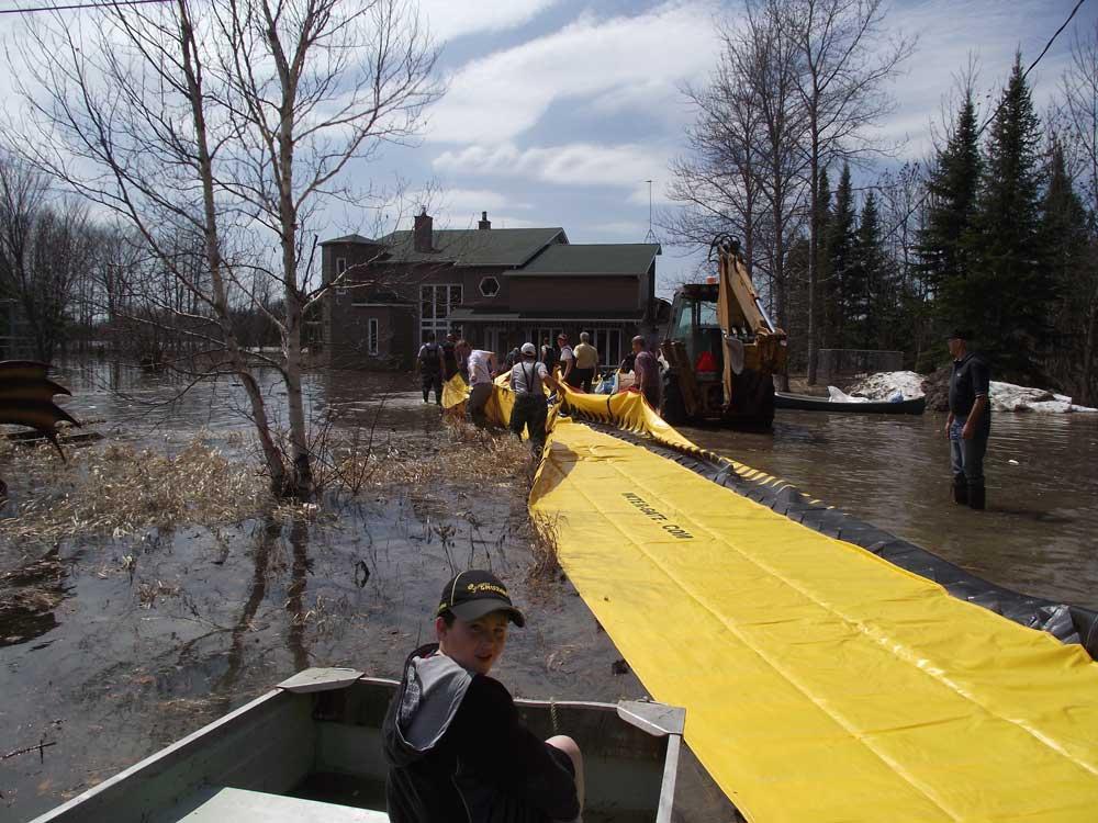 sauvetage d'une maison inondée par l'installation de barrages anti inondation water-gate
