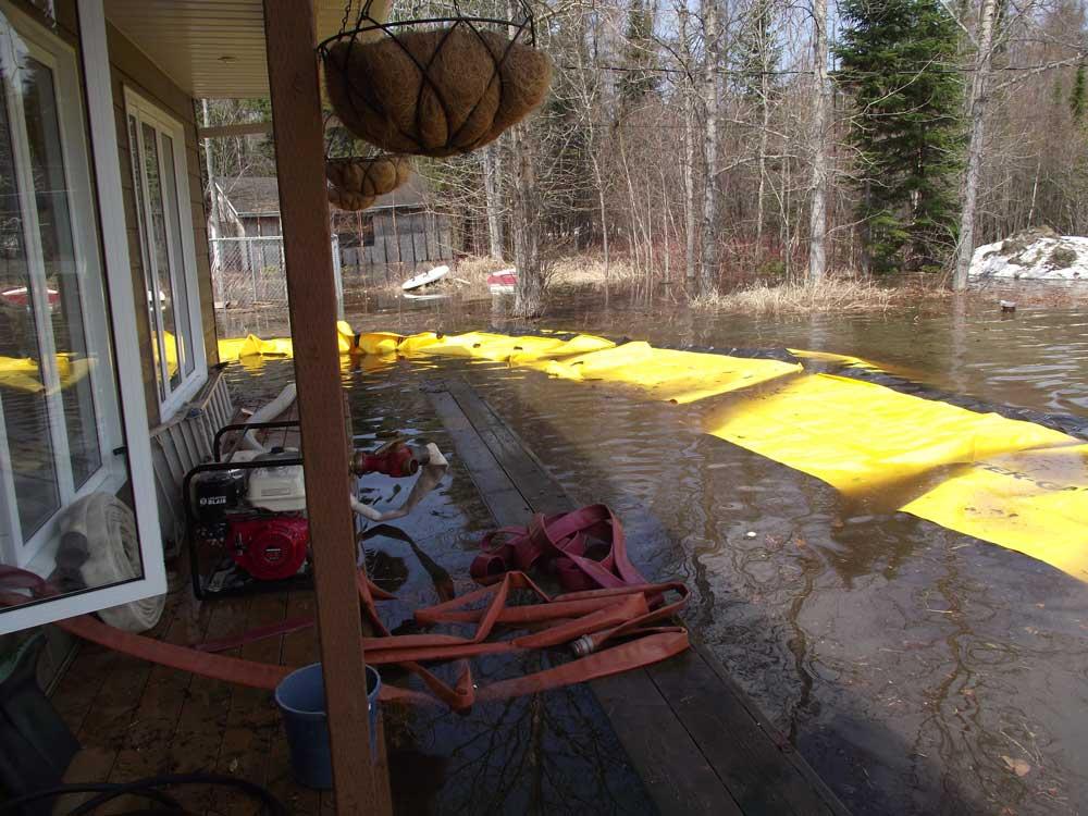 la maison reste inondée tant que le pompage n'a pas commencé. le pompage est nécessaire à la mise en pression du barrage anti inondation water-gate