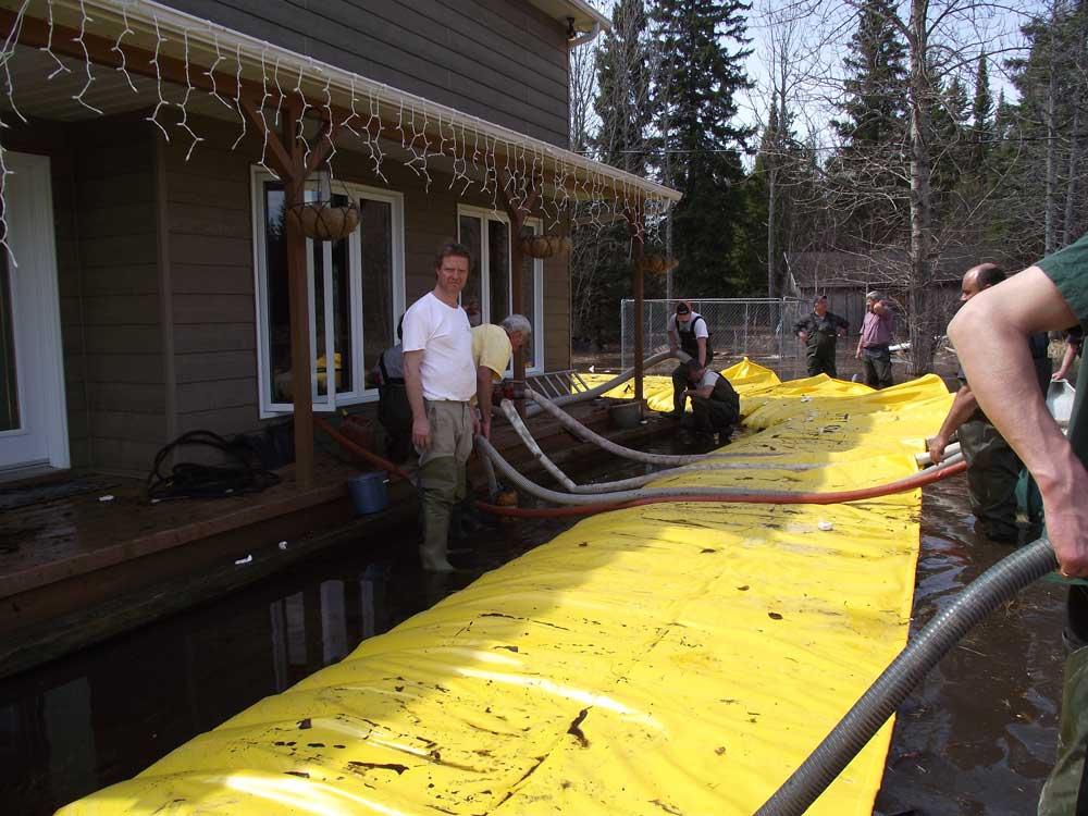 des pompes sont utilisées pour assécher la maison inondée