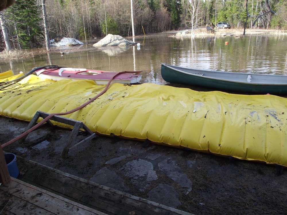 Maison protégée des inondations par la barrière Water-Gate alors que l'inondation avait déjà commencée. la protection fonctionne