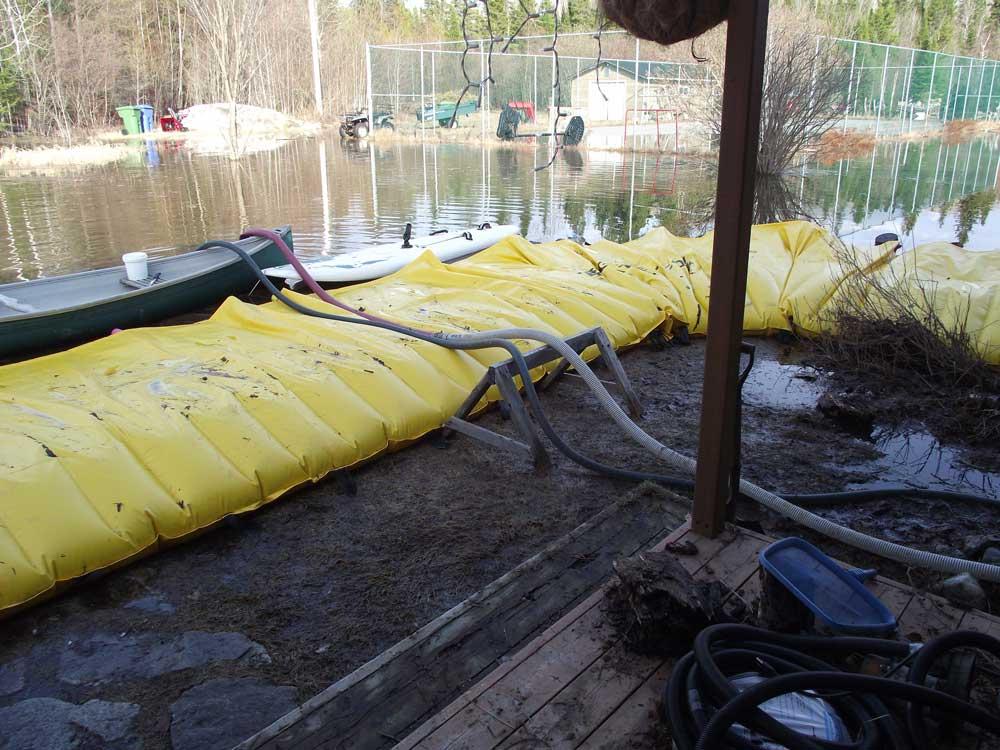 Maison protégée des inondations par la barrière Water-Gate alors que l'inondation avait déjà commencée.