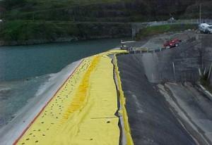 protection anti inondation de 2 mètres de haut au sommet d'un barrage au panama