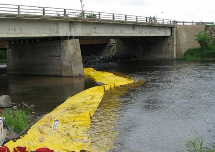 Kistdam om een brugpijler te isoleren