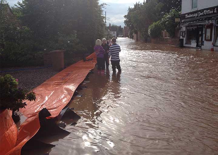 protection contre les inondations le long d une rue woodborough angleterre 2012 megasecur. Black Bedroom Furniture Sets. Home Design Ideas