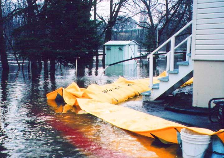overstromingen dijk om een huis te beschermen
