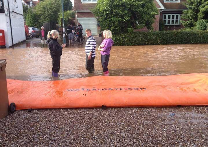 Protection inondation de l'entrée d'un terrain contre une coulée de boue.