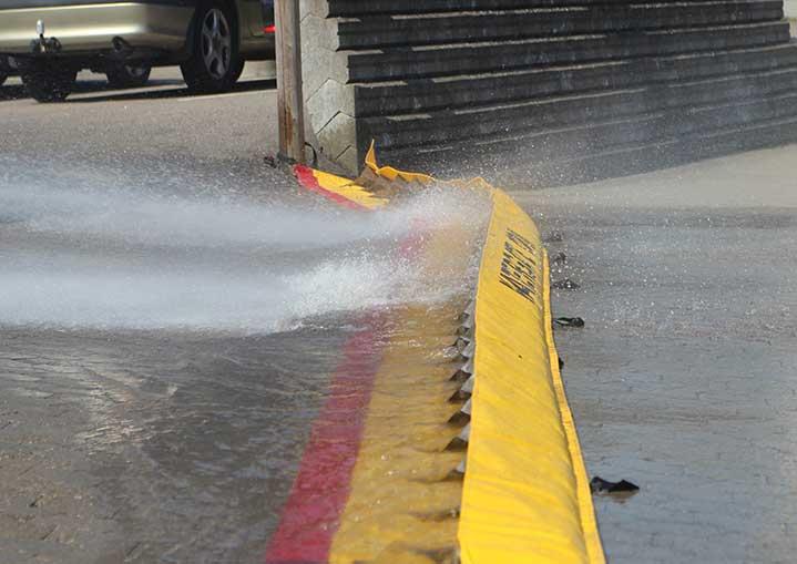 Barrière retient les eaux d'incendie – barrage très stable