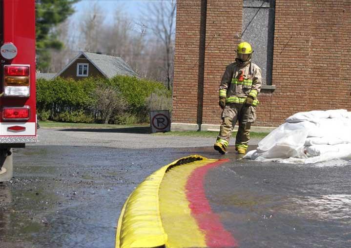 Barrière rétention eaux d'incendie ou d'extinction installée par pompier