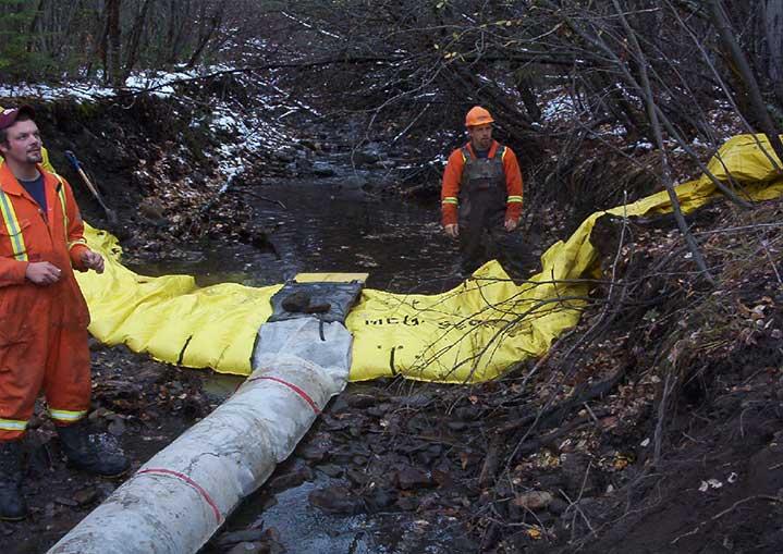 kistdam rivier met stuw naar het werkgebied te drogen.