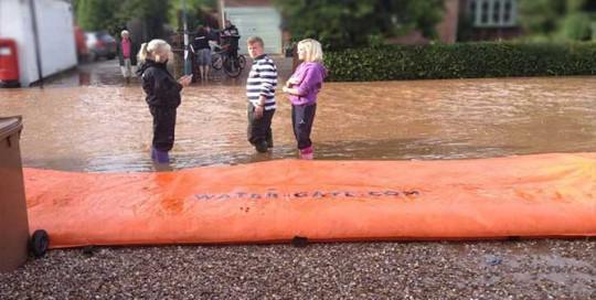 Le barrage anti inondation water-gate est utilisé pour protéger une rue d'une coulée de boue
