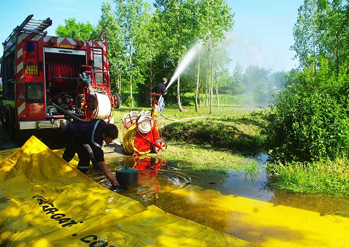 a fire tender is pumping in a river thanks to water-gate pumping dam
