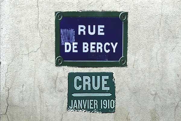 znak powodziowy Paryża