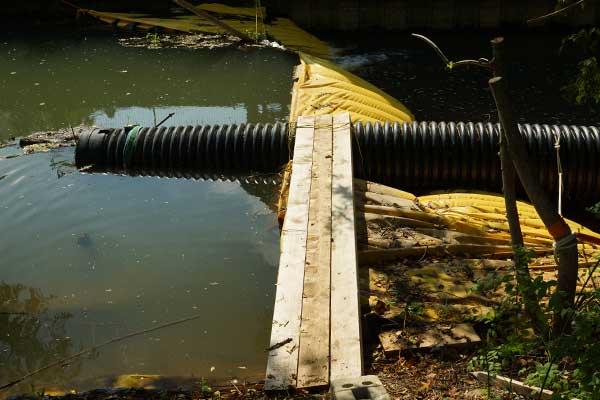 batardeau rivière avec tuyau annelé