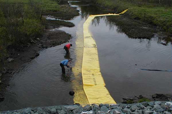batardeau installation en parallèle du cours d'eau