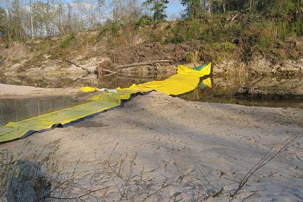 batardeau sur fond sableux en rivière