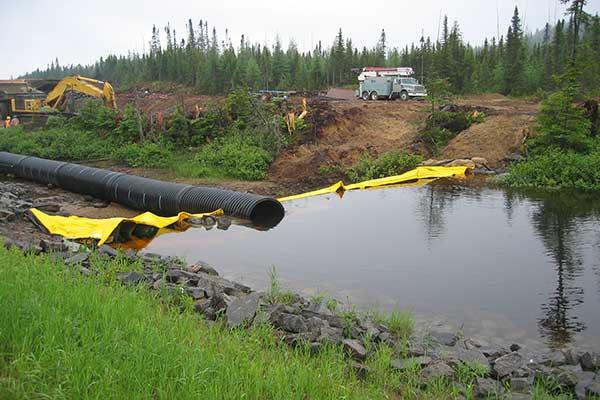 Canalisation d'une rivière grâce à un batardeau souple autobloquant water-gate