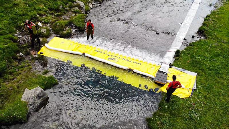 Barrière souple anti pollution rivières Water-Gate© avec trous de relâche et boudin absorbant