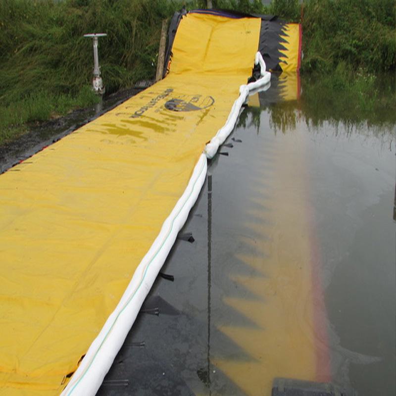 Barrage anti-pollution rivières Water-Gate© avec boudins oléophiles absorbants. TOTAL Grandpuits