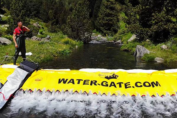 Barrage Water-Gate© de rétention pollution en rivière avec déversoir et trous de relâche