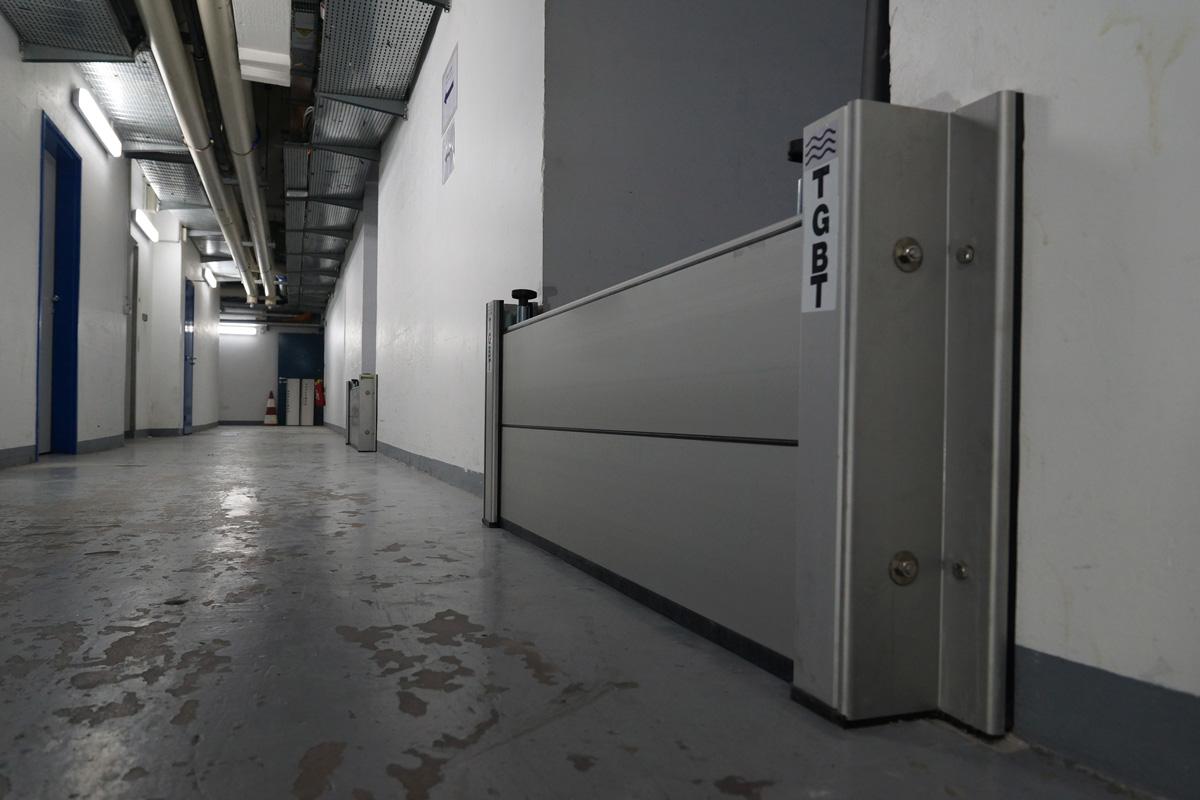 Batardeau anti inondation aluminium pour portes. Pose en applique