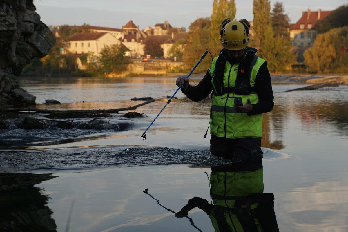 Mesure de la vitesse d'une rivière avec un courantomètre à hélice - MegaSecur Europe