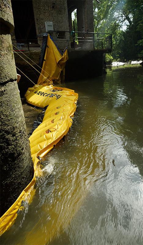Batardeau souple Water-Gate© WA-2850 en L. Appui sur un mur du moulin en rive gauche et sur une pile de pont de vannage en milieu de rivière.