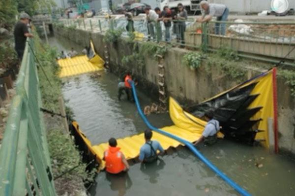 Installation Water-Gate©dans un canal avec deux batardeaux tête-bêche. Assèchement de la section intermédiaire par pompage Grundfos.