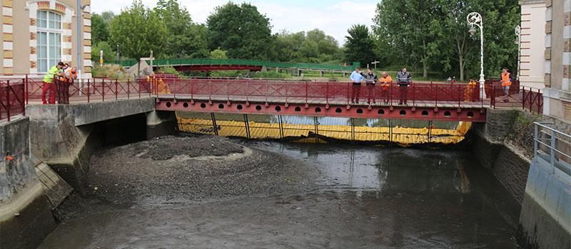 Mise à sec du canal d'amenée de l'ancienne usine hydraulique du Mans. Rivière l'Huisnes. Vue de la zone asséchée en aval du dégrilleur.