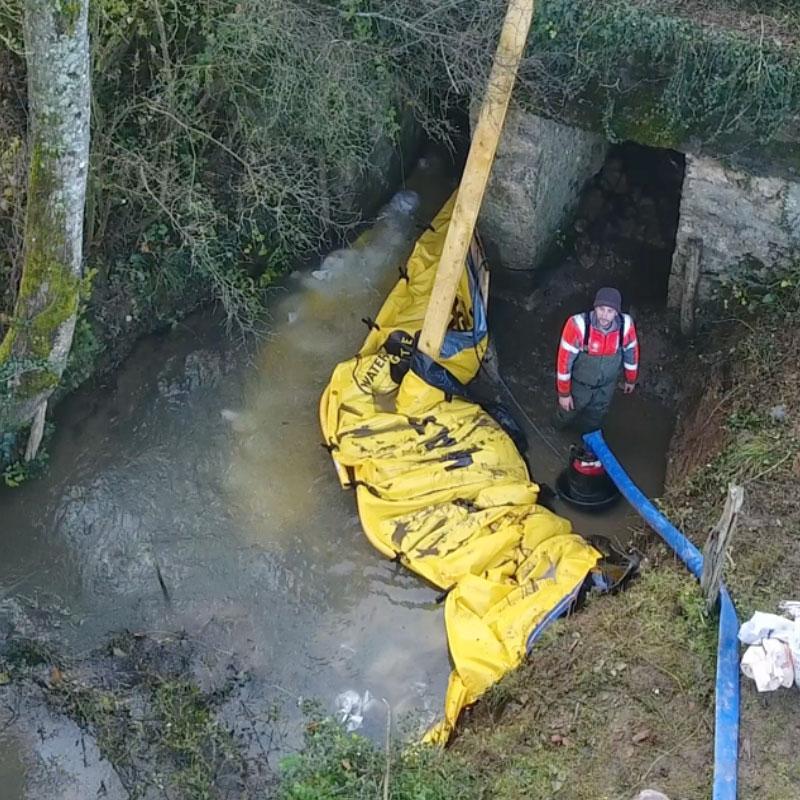 Réparation d'un pont à poutres. Installation en U de deux batardeaux souples Water-Gate© WA-2835.