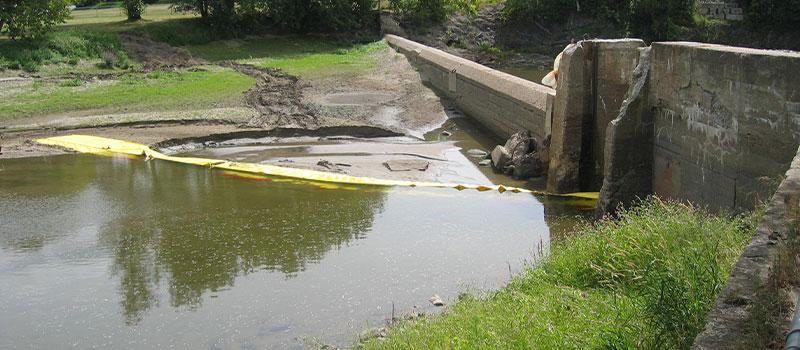 Affaissement de digue. Installation Water-Gate©en L depuis la berge. Canada août 2005
