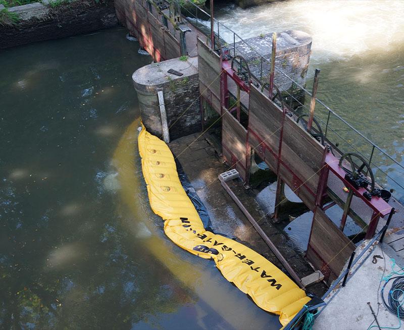 Restauration du vannage du Moulin de Pidou XVème siècle | Batardeau souple Water-Gate© WA-2850. Vue depuis le Moulin.