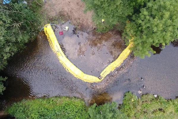 Vue aérienne. Installation Water-Gate©en U | Installation en rivière parallèle au courant.