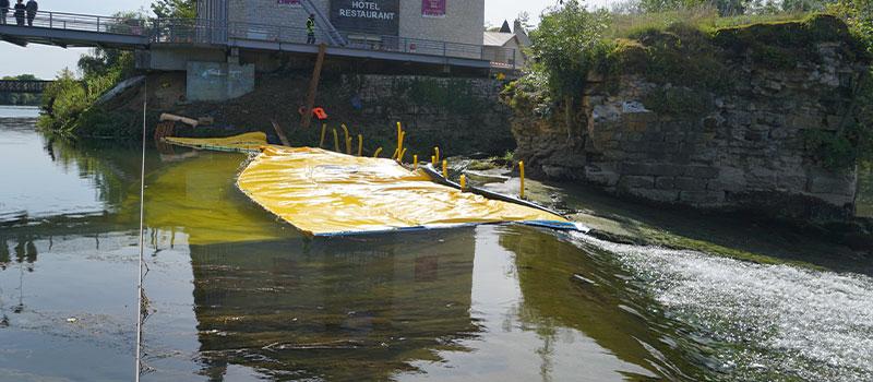 Batardeaux souples Water-Gate© installés en prolongement du seuil de Dole sur le Doubs. Vue depuis le seuil.