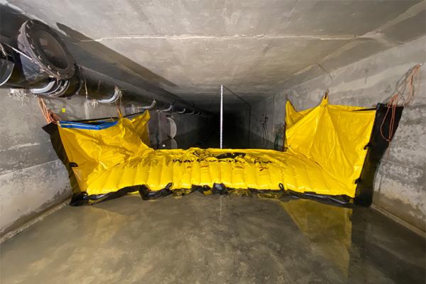 Batardeau souple Water-Gate© WA-3930 installé dans un cadre béton. Aucun ancrage au sol.