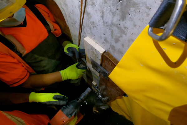 Fixation du bord d'attaque avec une planche plaquée contre la paroi verticale.