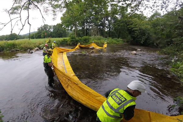 Le bord d'attaque est maintenu hors de l'eau pour éviter que le barrage ne se remplisse avant la fin de la mise en place.